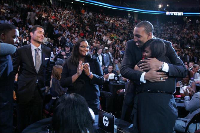 Деррик Уильямс принимает поздравления от родных