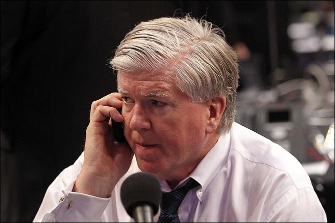 """Президент и генменеджер """"Торонто"""" Брайан Бурк получает последнюю информацию по телефону."""