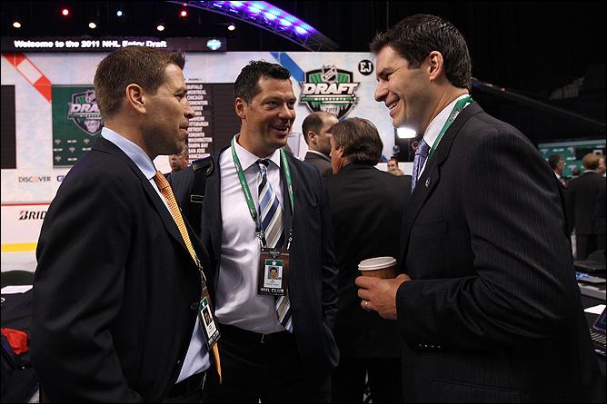 """В кулуарах. Дуг Уайт из """"Айлендерс"""", Билл Герин из """"Питтсбурга"""" и Скотт Лаченс из """"Нью-Джерси"""" мило улыбаются друг другу."""