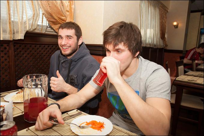 """Хоккеисты довольны — кормят в """"Авангарде"""" по высшему разряду!"""