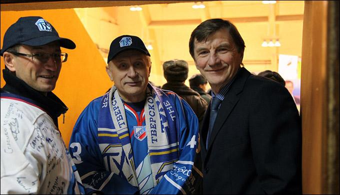 Юрий Рычков (справа) с болельщиками