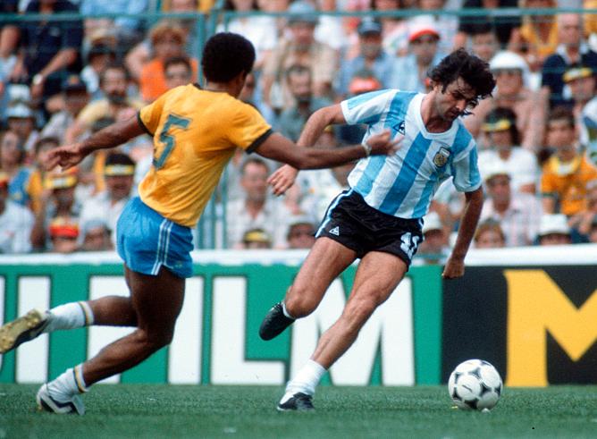 Чемпионат мира-1982. Играют Бразилия и Аргентина. С мячом – лучший снайпер предыдущего мундиаля аргентинец Марио Кемпес