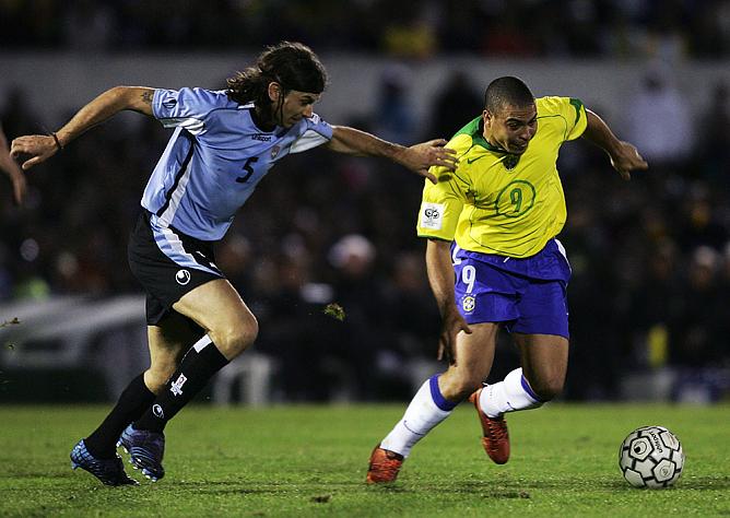 Март 2005 года. Играют Бразилия и Уругвай. С мячом Роналдо