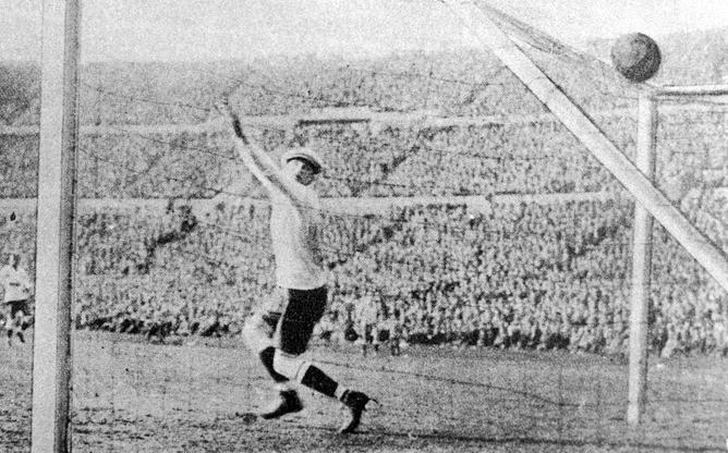 Матч двух самых успешных команд Кубка Америки, Уругвая и Аргентины, не первом в истории чемпионате мира. Гол в ворота Уругвая