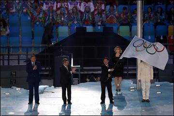 Передача Олимпийского флага от мэра Сочи мэру Пхёнчхана