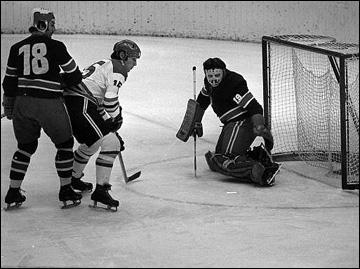 Во славу ИИХФ. Часть 132. Алоис Шлодер (в центре) на Олимпиаде-72 против сборной Югославии