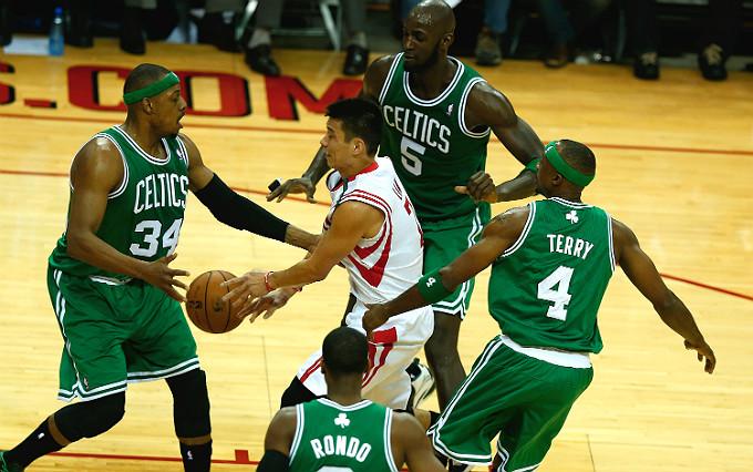 """Джереми Лин в окружении четырёх игроков """"Бостона"""""""