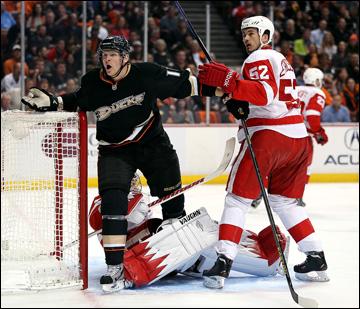 """8 мая 2013 года. Анахайм. Плей-офф НХЛ. 1/8 финала. Матч № 5. """"Анахайм"""" — """"Детройт"""" — 3:2 (ОТ). Кори Пэрри получает две минуты за нападение на вратаря"""