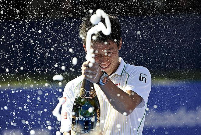 Нисикори отметил победу шампанским и купанием