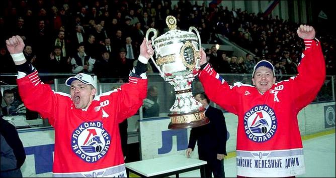 Дмитрий Красоткин и Андрей Коваленко с чемпионским кубком, 2002 год