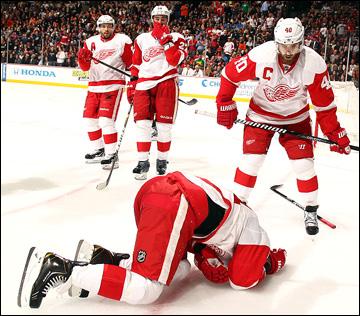 """8 мая 2013 года. Анахайм. Плей-офф НХЛ. 1/8 финала. Матч № 5. """"Анахайм"""" — """"Детройт"""" — 3:2 (ОТ). Травма Дэна Клири"""