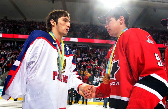 Сидни Кросби (справа) и Александр Овечкин на молодёжном чемпионате мира 2005 года