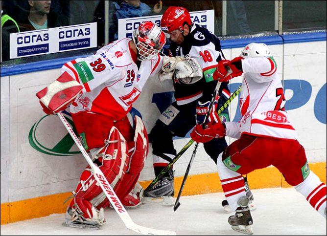 Сергей Брылин борется с Доминатором у борта.