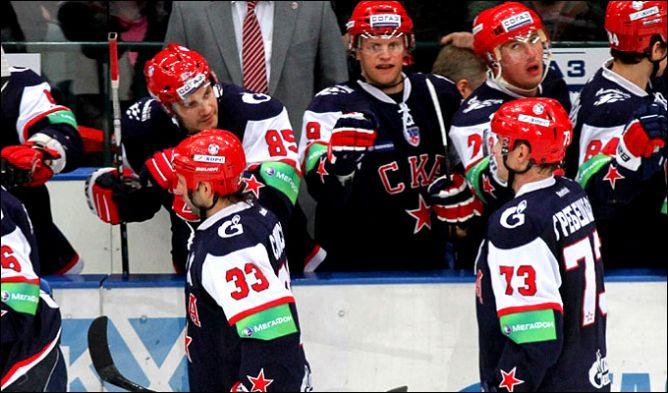 Денис Гребешков отмечает с партнёрами по команде заброшенную шайбу.