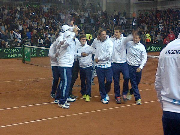 Радость аргентинских теннисистов после победы.