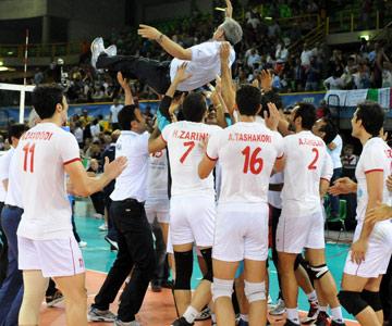 Хулио Веласко и сборная Ирана после исторической победы над командой Италии