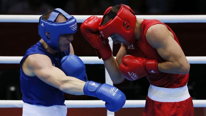 Александр Гвоздик разгромил белорусского боксёра Михаила Долголевцева