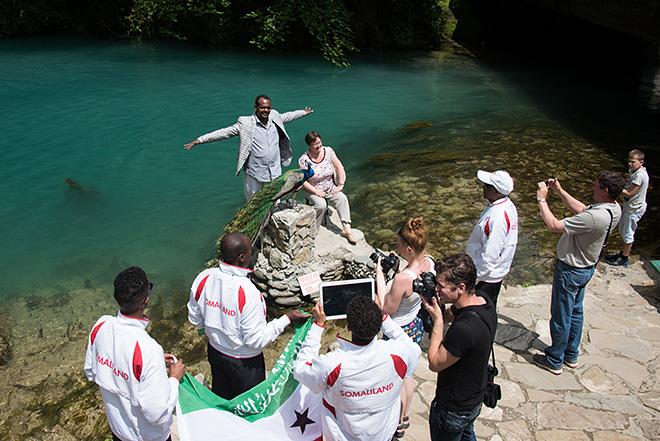 Игроки сборной Сомалиленда во время экскурсии на озеро Рица