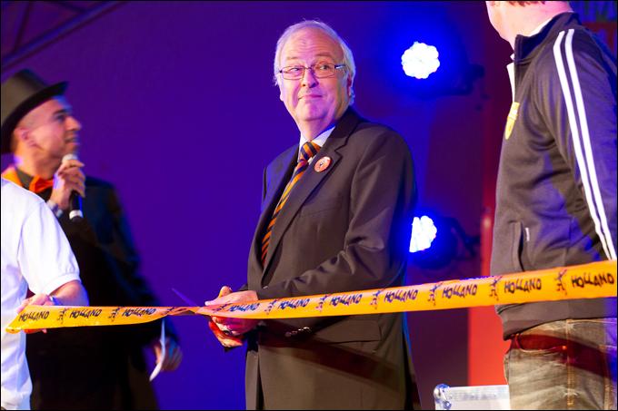 Посол Королевства Нидерландов в Украине Питер Ян Волтерс перерезал ленточку и исполнил гимн Голландии