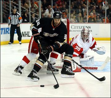 """8 мая 2013 года. Анахайм. Плей-офф НХЛ. 1/8 финала. Матч № 5. """"Анахайм"""" — """"Детройт"""" — 3:2 (ОТ). Даниель Винник выходит на ударную позицию"""
