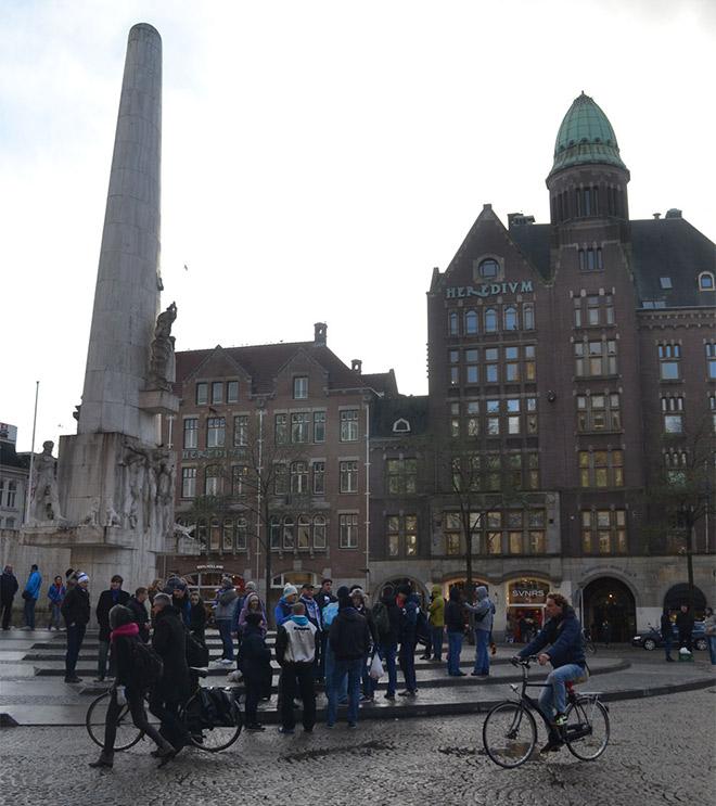 В день матча значительная часть динамовских «амстердамцев» собралась на центральной площади Дам