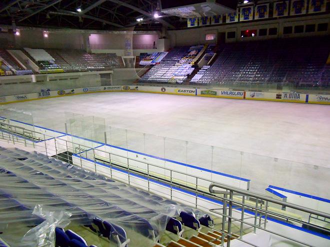 Лёд на главной арене на лето размораживается в целях экономии.