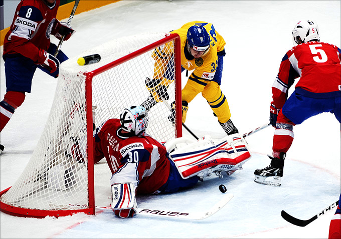 Ларс Хёуген в очередной раз спасает команду в матче со шведами