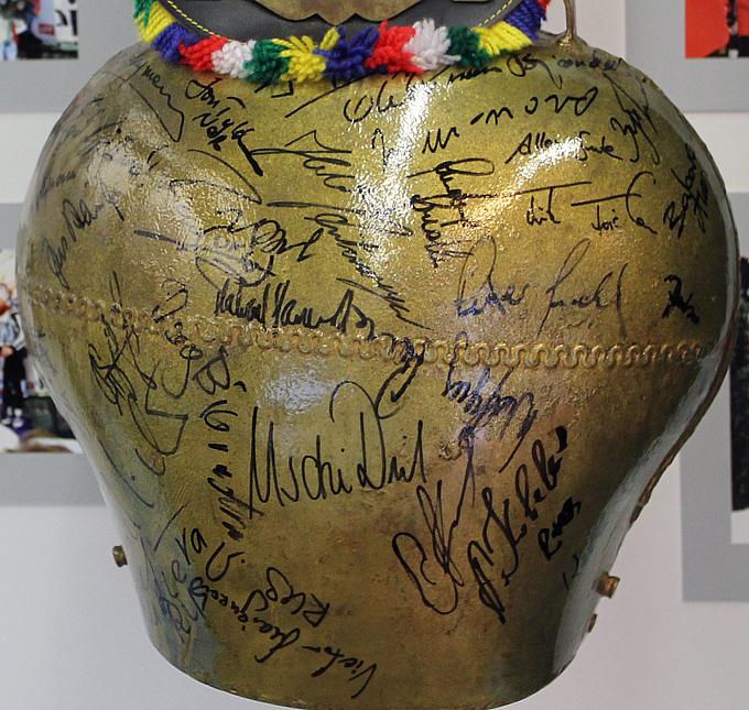 Баварский колокол с автографами звёзд чемпионата мира-1996