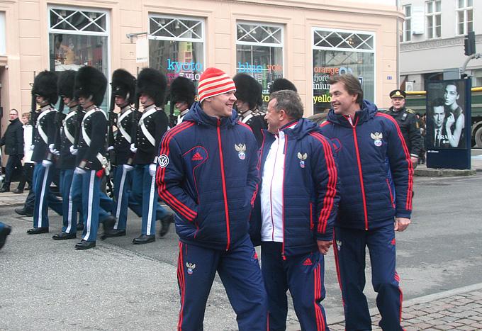 Александр Анюков на фоне парада