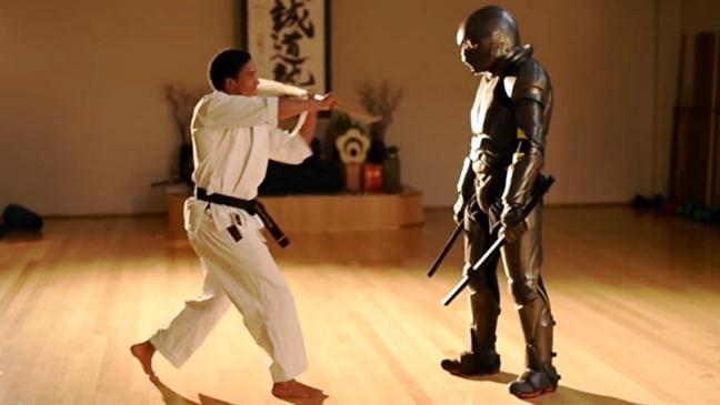 Австралийская компания представила универсальный жилет для боёв, который позволит использовать биты и ножи в единоборствах.