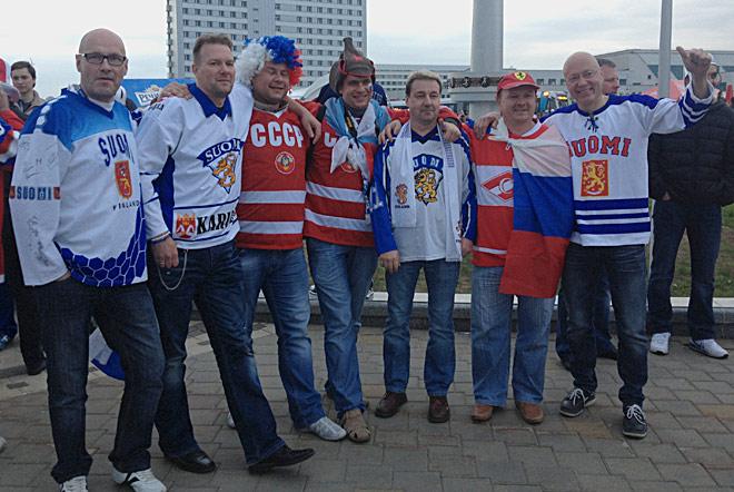 До стартового вбрасывания российские и финские болельщики дружелюбны и улыбчивы
