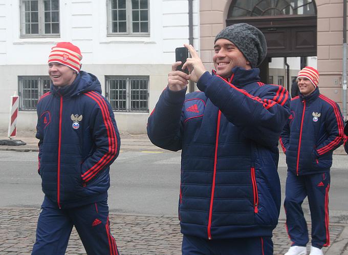 Российские футболисты встречают датских гвардейцев