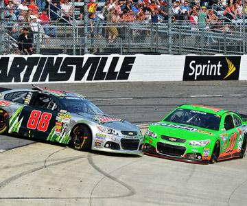 Сражение в гонке NASCAR в Мартинсвилле