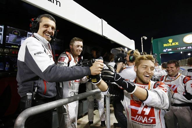 Гюнтер Штайнер празднует попадание «Хааса» в очки на Гран-при Бахрейна