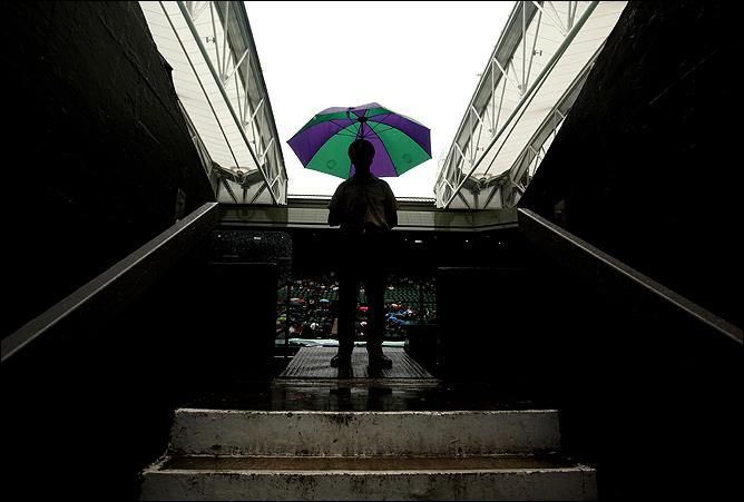 Зонтики спасают от дождя, пока крыша закрывается