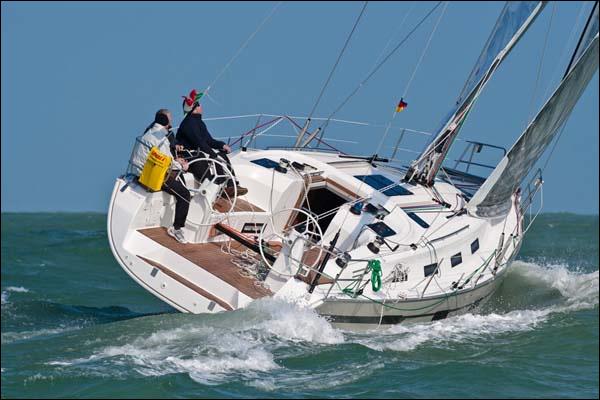 Яхта Bavaria 40 S 2012 года со спинакером