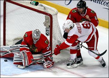 """18 мая 2013 года. Чикаго. Плей-офф НХЛ. 1/4 финала. Матч № 2. """"Чикаго"""" — """"Детройт"""" — 1:4. Джастин Абделкейдер атакует ворота хозяев"""