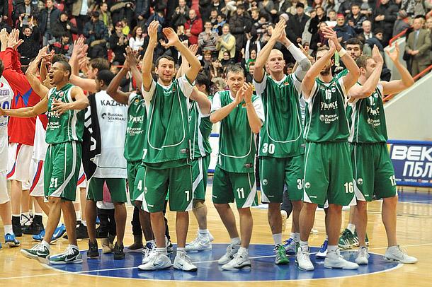 Баскетболисты УНИКСа празднуют победу над московским ЦСКА в матче регулярного чемпионата BEKO ПБЛ.