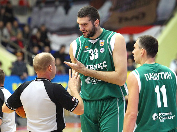 Центровой УНИКСа Славко Враньеш ведёт увлекательную беседу с арбитром в матче BEKO ПБЛ.