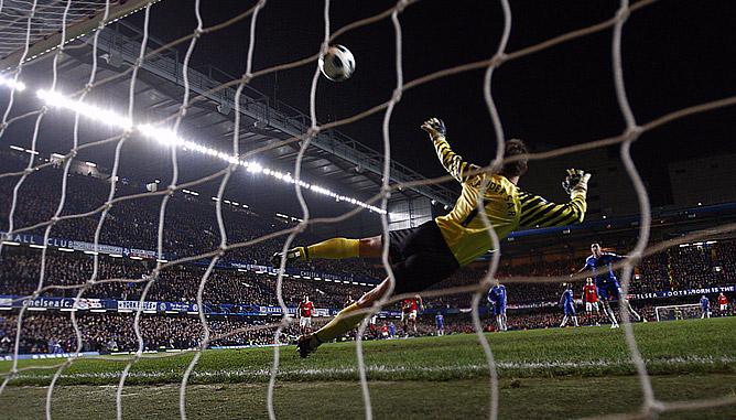 Фрэнк Лэмпард забивает победный гол в ворота МЮ.