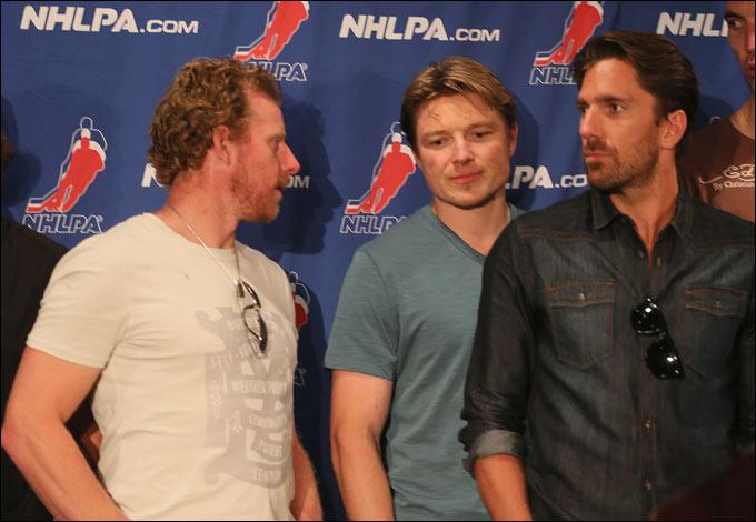 А Федотенко (в центре) и вовсе предпочёл уехать в КХЛ