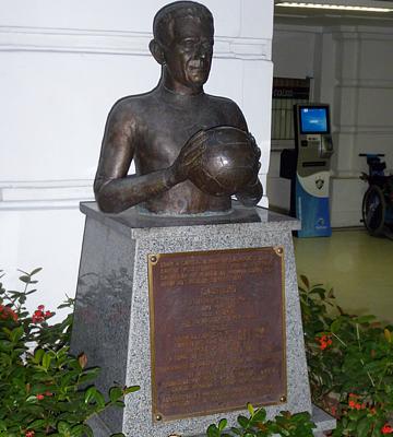 Памятник вратарю Каштильо, ради дерби отрезавшему себе палец