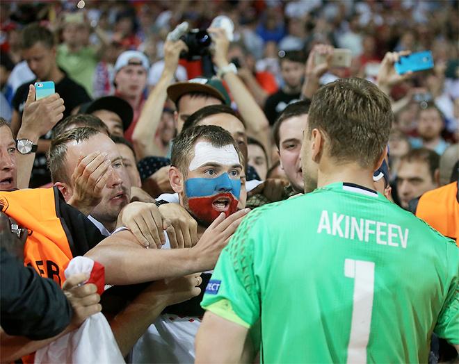 Игорь Акинфеев общается с болельщиками на Евро-2016