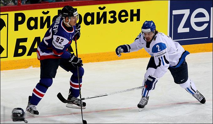 Бранко Радивоевич (слева) против сборной Финляндии