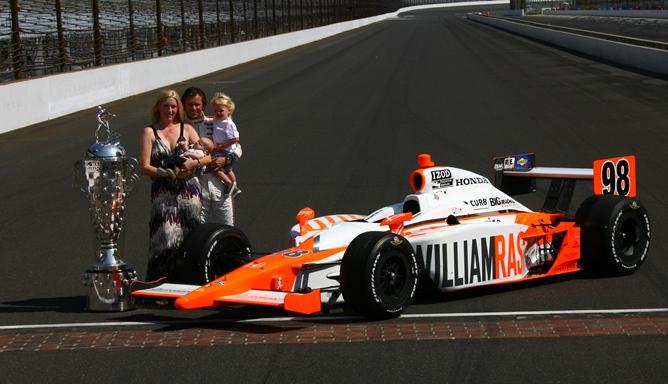 """Дэн Уэлдон с семьёй после победы в """"Инди-500"""" в 2011 году"""