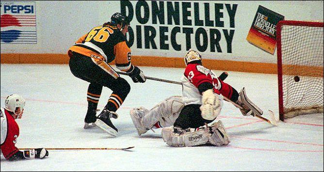 """Фрагменты сезона. 25 марта 1991 года. Филадельфия. """"Флайерз"""" — """"Пингвинз"""". Ворота хозяев атакует Марио Лемье."""