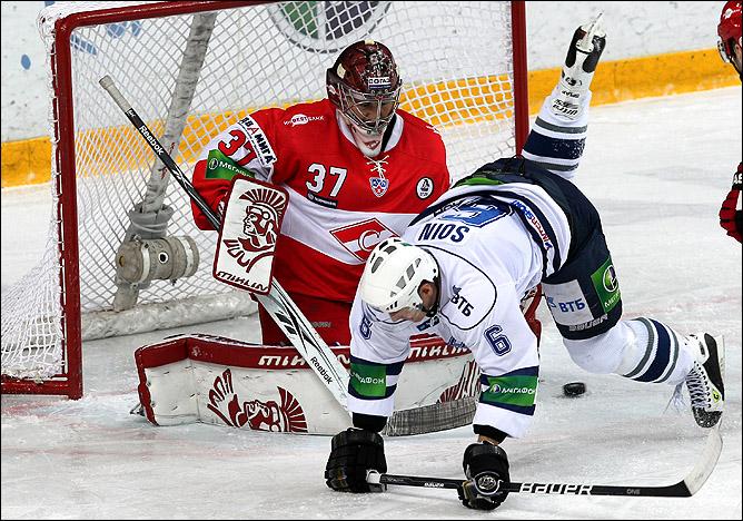Иван Касутин (№ 37) не сумел уберечь свои ворота от атак Сергея Соина