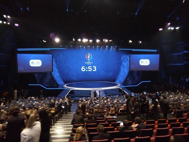 Зал, где проходит жеребьёвка Евро-2016