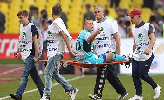 Игоря Акинфеева уносят с поля после столкновения с Веллитоном