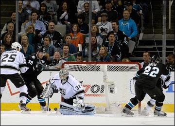 """21 мая 2013 года. Сан-Хосе. Плей-офф НХЛ. 1/4 финала. Матч № 4. """"Сан-Хосе"""" — """"Лос-Анджелес"""" — 2:1. Джонатан Куик пытается отразить атаку хозяев"""
